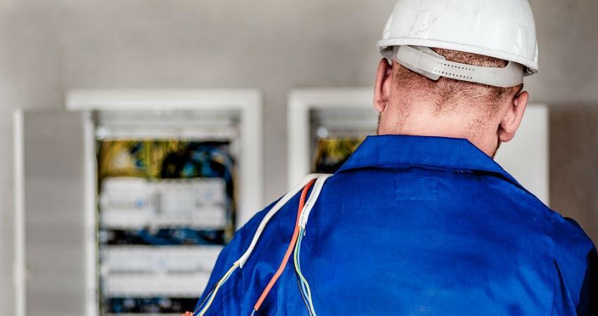 Como luchan las electricas contra los enganches ilegales