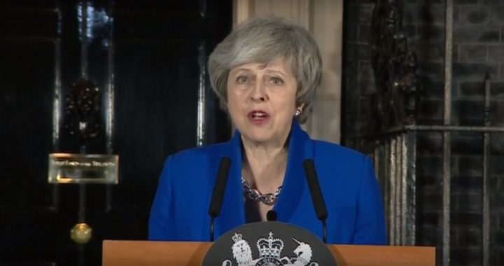 Theresa May sobrevive a la moción de censura de los laboristas