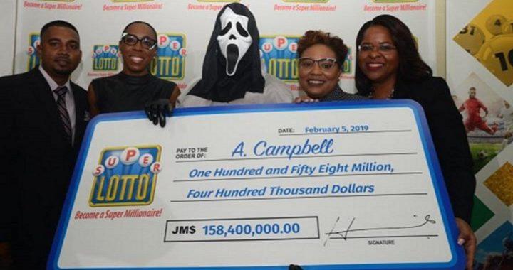 El ganador de la lotería de Jamaica recoge el premio con la máscara de 'Scream'