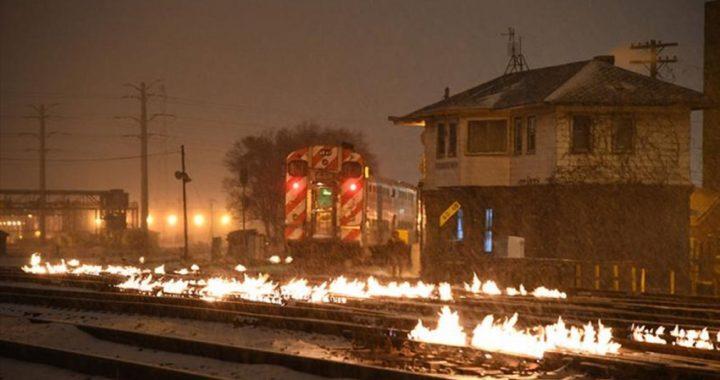 Las vías del tren de Chicago se incendian para derretir el hielo y mantener el servicio