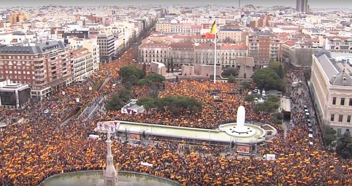 La plaza de Colón se llenó con banderas de España pidiendo elecciones y contra las cesiones de Sánchez al independentismo catalán