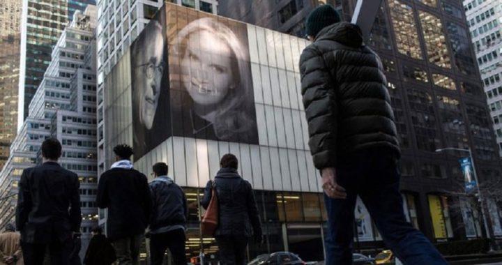Un multimillonario de 82 años se burla de su ex mujer colocando una foto gigante con su nueva pareja en Nueva York